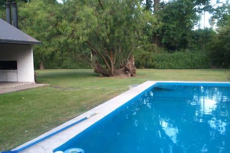 Quinta con quincho,con parrillero,parque y piscina - Roldán - Chalet