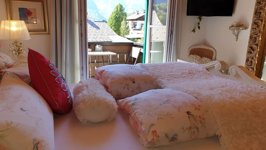 The cosy bedroom leads to a South facing balcony with panoramic mountain views - including the Dachstein Krippenstein and the 5-Fingers.