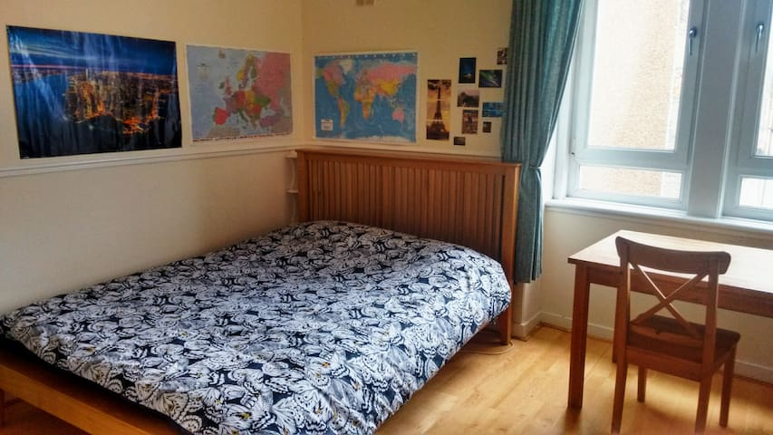 Beautiful room close to Centre (4 min on train)