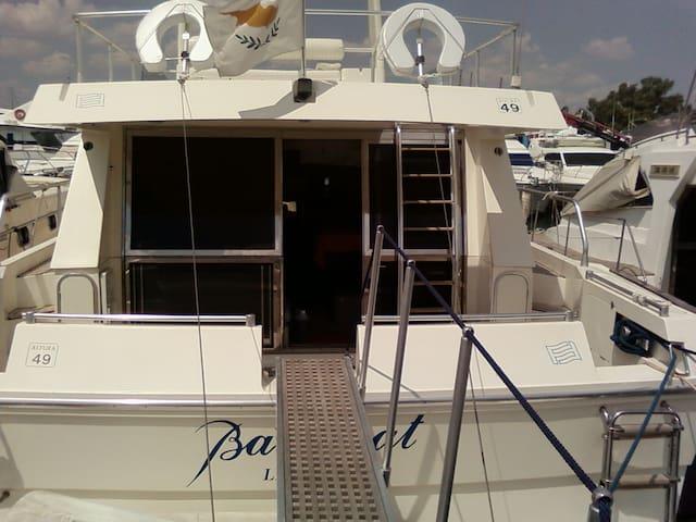 Σκάφος αναψυχής Ferretti 49'' στο μικρολίμανο