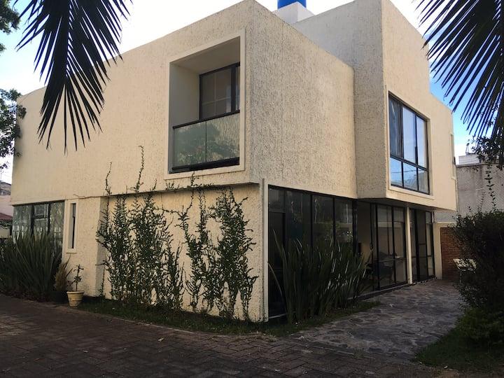 Habitación con balcón int, c king, baño compartido