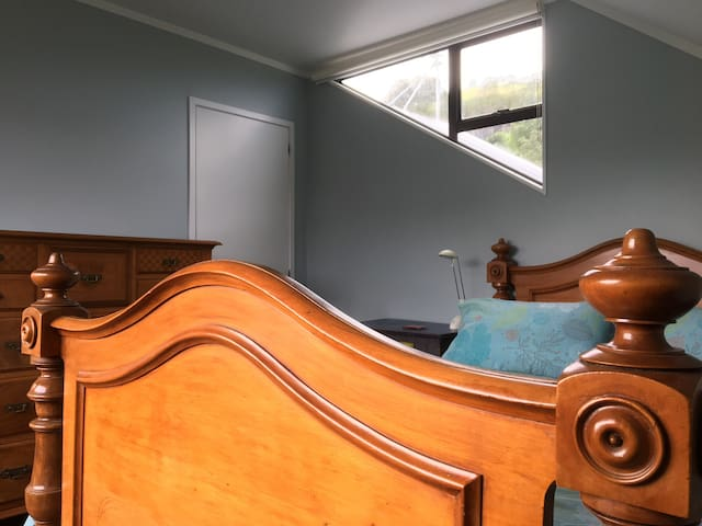 Attic room with spacious living near CBD & Mt Eden