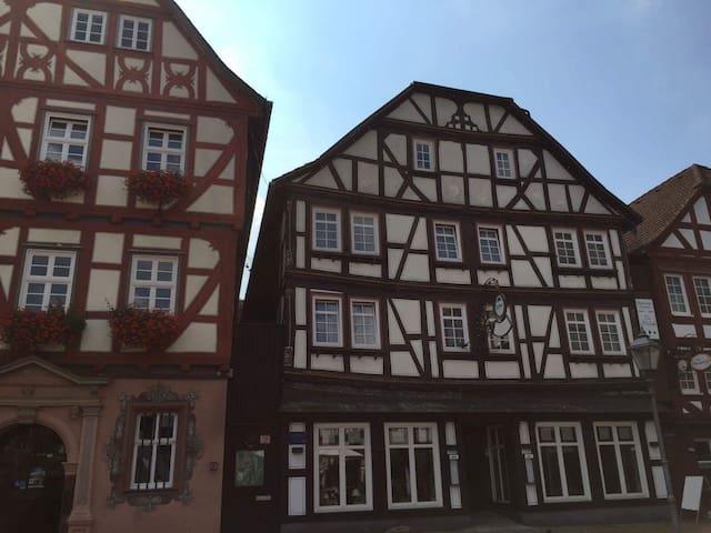 Haus Oberscholthes: Gästezimmer am Marktplatz (We) - Grünberg - Guesthouse