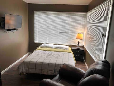100$ Port Hardy Private Summer Suite