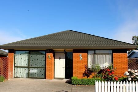 Lovely Sunny En-Suite Home - Christchurch - House