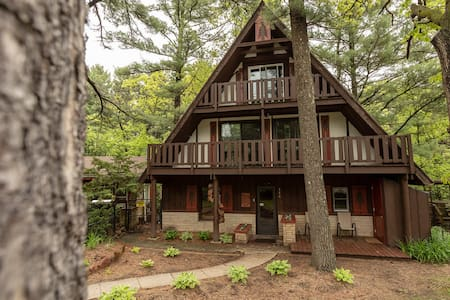 **Eagle's Nest Rustic Retreat right in Town!
