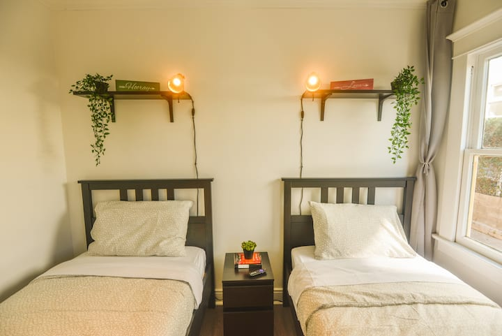 C.D2x- Affordable Room for 2 w/ AC in Korea Town