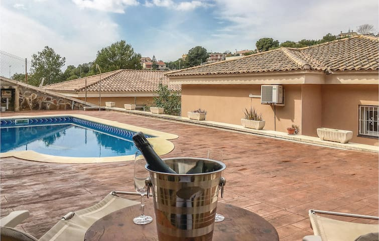 Holiday cottage with 4 bedrooms on 170 m² in Calafell