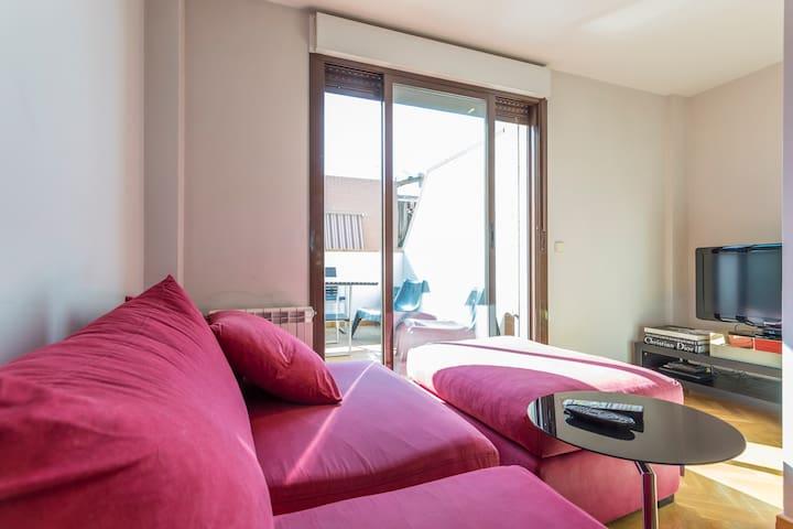 Ático Pza.Castilla,gran habitación con baño indep.