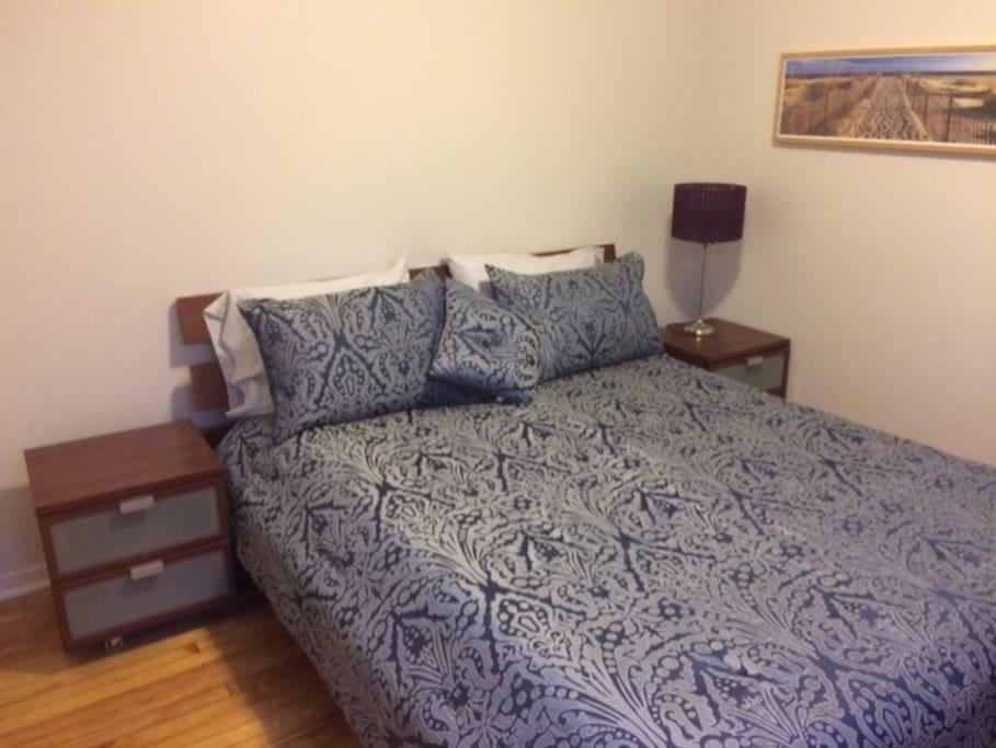 Guest Bedroom (queen size bed)