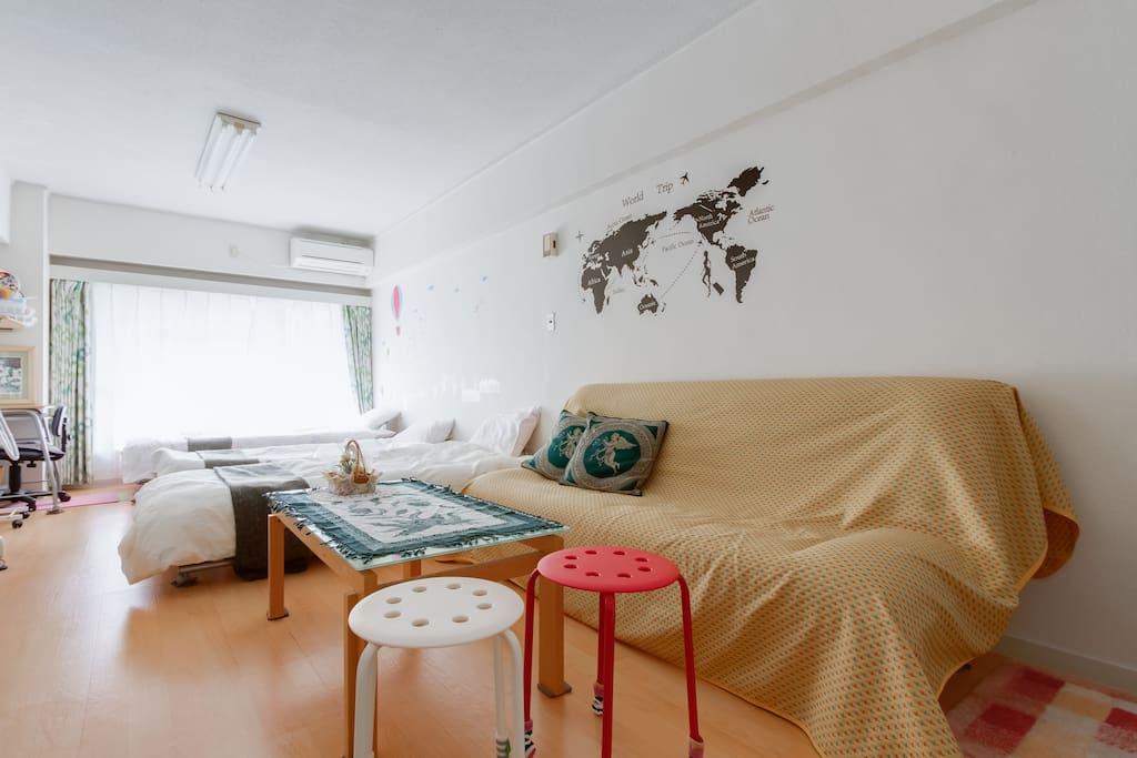 3 single beds and 1 sofa 3張單人床和1張沙發