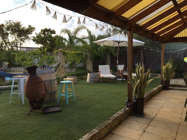 Comfy clean & spacious with a great outside area - Padbury - Maison