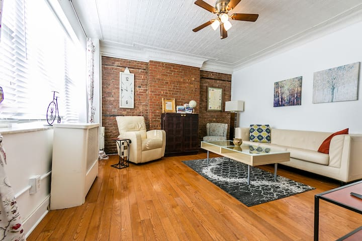 Brick 2BR Flat w/Private Patio, Minutes to NYC! - Hoboken - Townhouse