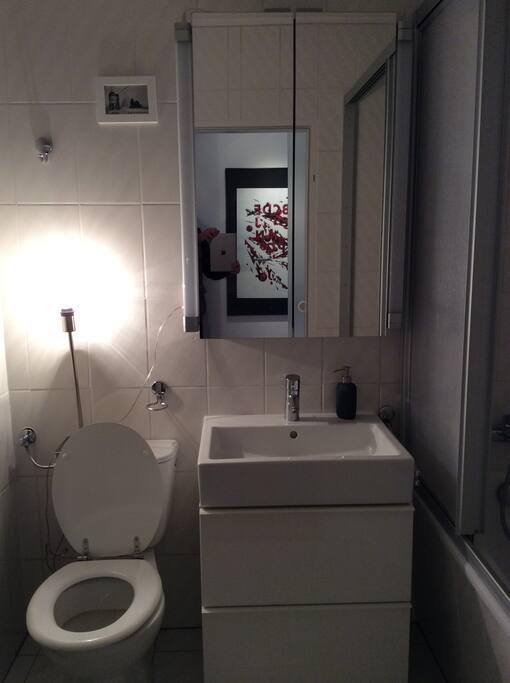Badezimmer mit Badewannen-Dusche