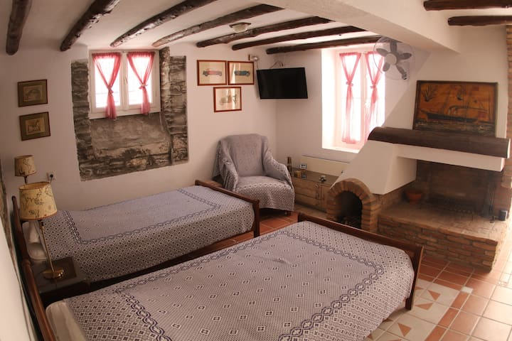 A Place To Be Cosy Spacious Central Andros