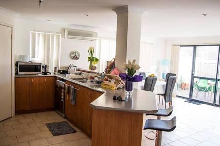 Double room, 10mins from Perth CBD & best beaches - Osborne Park - Haus