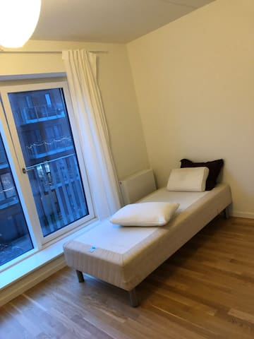 Room close to the airport and only 15min to city