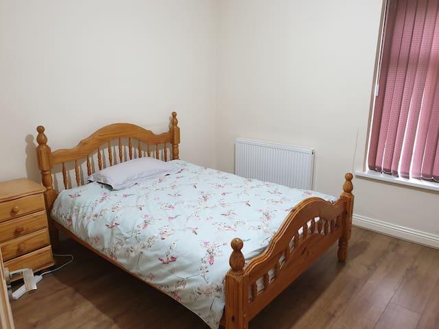 Spacious Double Room Close to Bradford City Centre