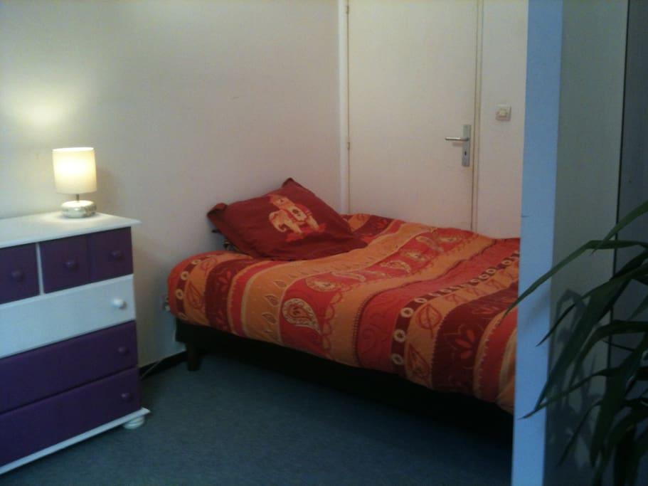 Un vrai lit deux places.