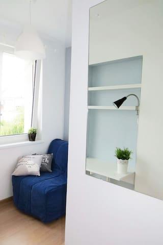 Wygodne półki ułatwia przechowywanie drobiazgów. Przydatne jest również duże lustro.