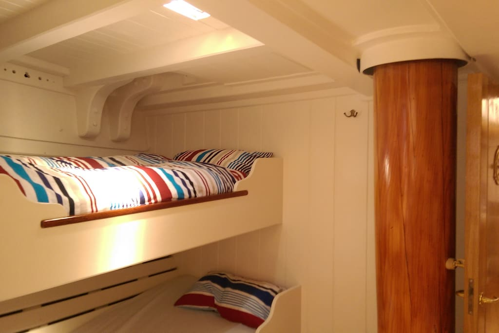 Forward cabin, starboard side