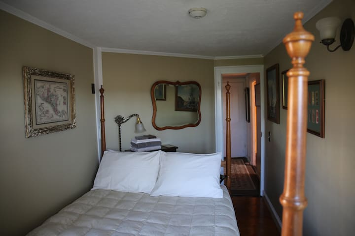 Room 7 - SMALL room w/FullSized bed & SHARED bath
