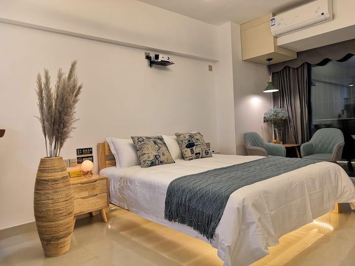私密百寸投影北欧实木风格大床房
