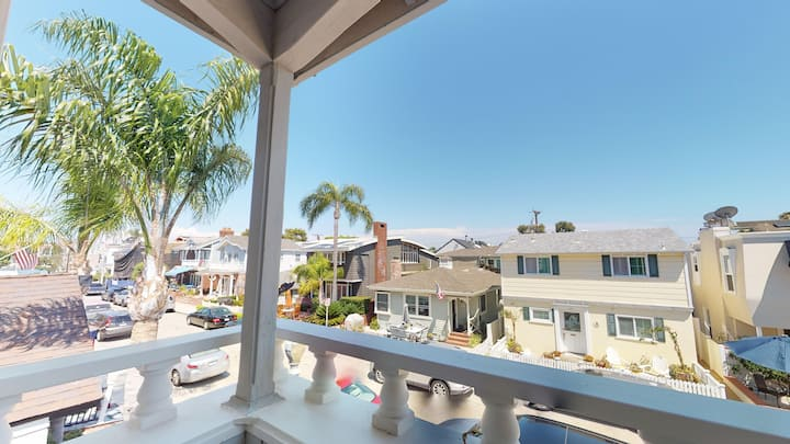 (BI300) Spacious Three Bedroom Front Unit on Balboa Island