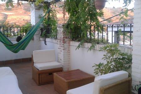 Casa cueva con terraza y vistas - Granada