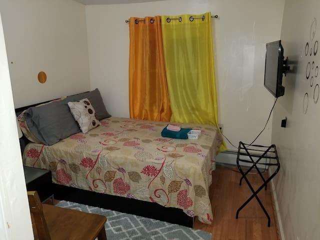 Comfy Bedroom w/Private Bathroom (JFK - 10 Mins)