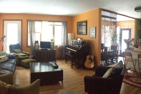 Lovely wooded home in Hardwick, VT - ハードウィック - 一軒家