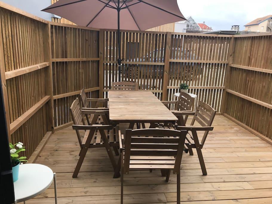 Terrasse extérieure, mobilier de jardin, parasol, bain de soleil, plancha...