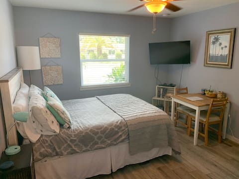 Newly Renovated Studio Less than 5mi from Beach!