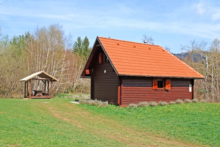 Cozy wooden chalet, 2 bedr, quiet, huge garden