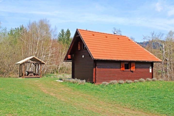 Cozy wooden chalet, 2 bedr, quiet, huge garden