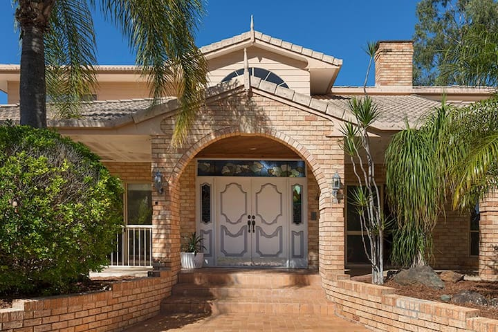 5 Bedroom Oasis Retreat - Springwood - Casa