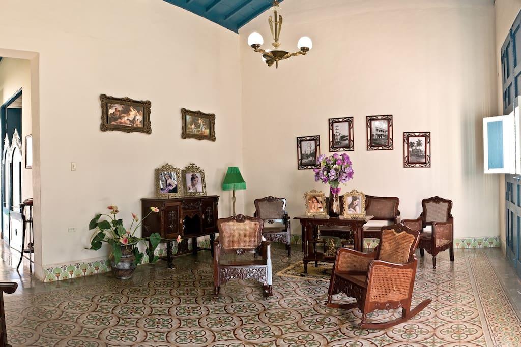 acogedor salón con muebles coloniales