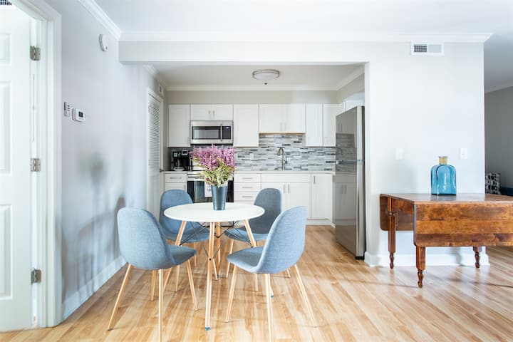 Downtown Stylish Condo! Walk to Broadway! Sparkling Clean!