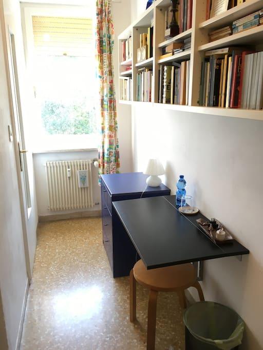 Tavolo per computer, presa e wi-fi