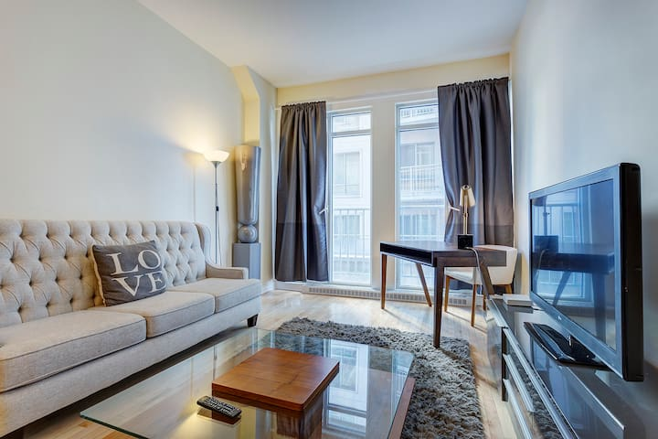 ☆ 1 BR Condo One Block from Ste Catherine Street☆