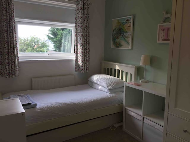 Lovely room in spacious home 16 mins from Airport