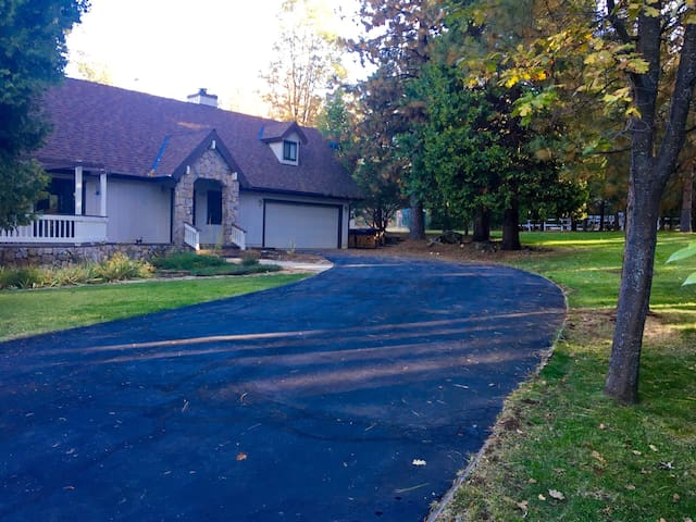 Cozy Mountain Cottage on 2.5 Acres - Auberry - Dom