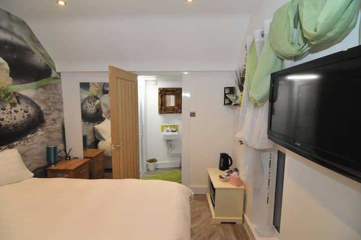 Crawley  - New Room with private Ensuite/Entrance