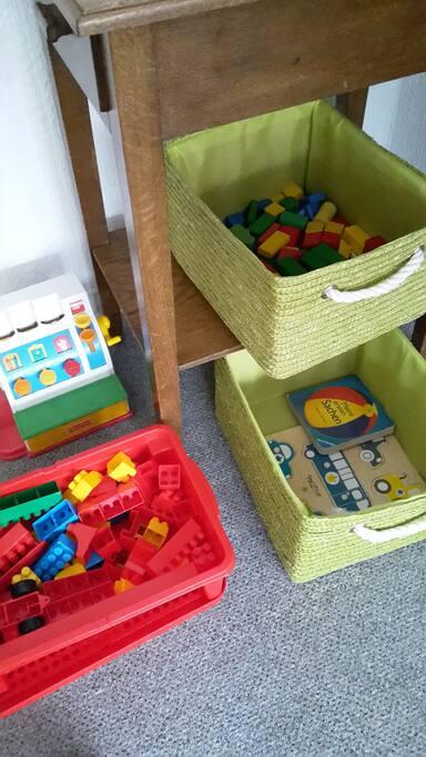 Spielzeug-Ecke für die Jüngeren: Bauklötze, Holzsteine, Puzzle, Malpapier und Stifte