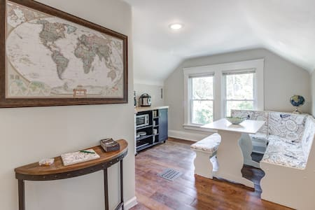 The Map Room - cozy studio near Cleve Clinic, CWRU