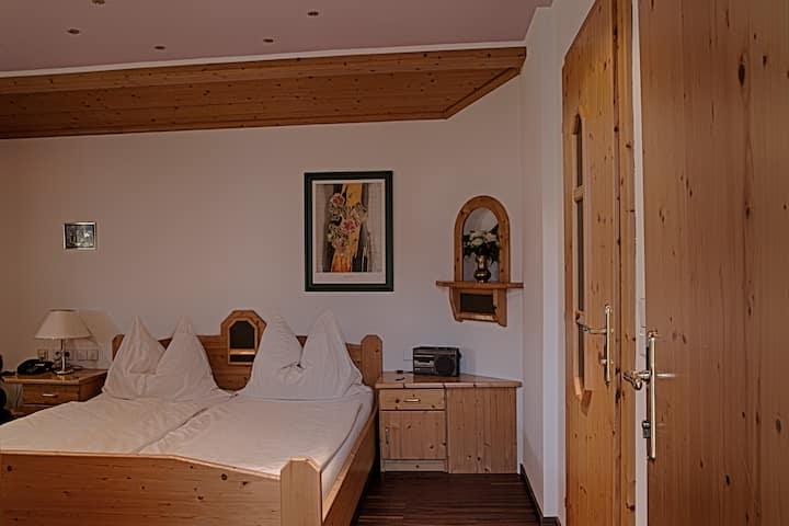 Ruhiges Doppelzimmer mit Badewanne