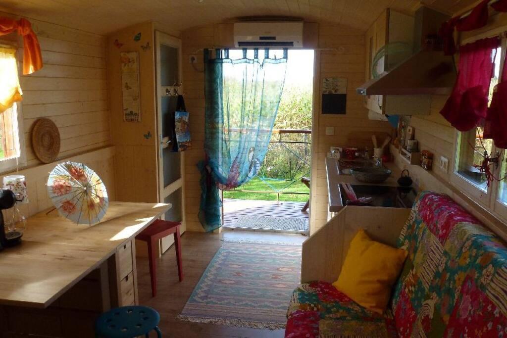 Wohnraum mit Blick zum Balkon und in den Garten
