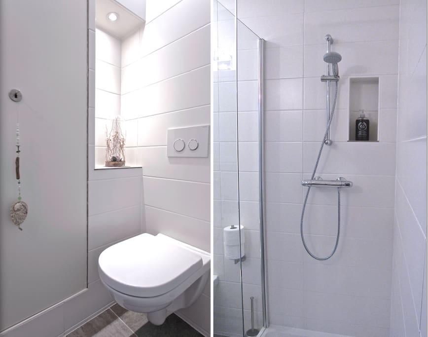 Private bathroom with shower and toilet.  Lovely soaps and toiletries that you maybe forgot to bring:) *Eigen badkamer met douche en toilet. Zeep en toiletspullen die je misschien vergeten bent