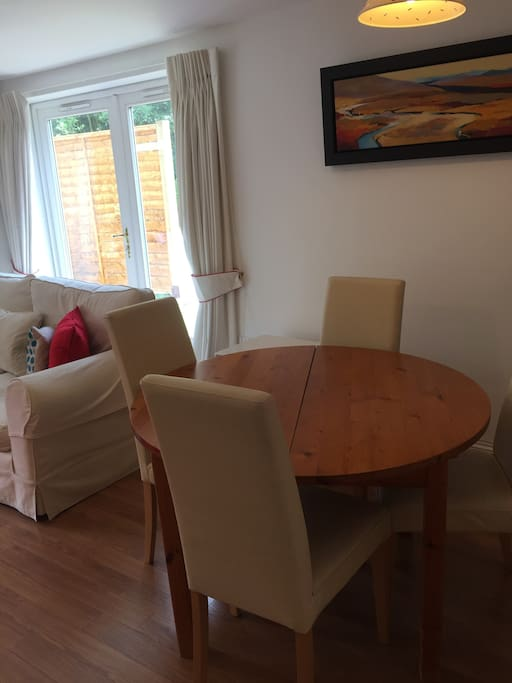 Dining area for 4-6 people