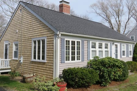 Cute Cottage! Walk to Long Pond! Dog Friendly!